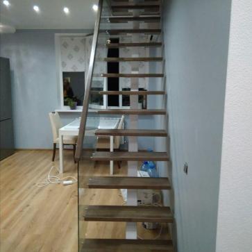 Лестница деревянные ступени стеклянные перила