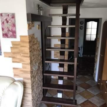 лестница в маленьком проеме