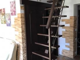 лестница в маленький холл