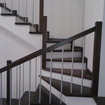 Деревянная лестница с магнезитовыми подступнями