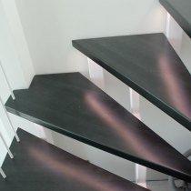 Ступени открытой деревянной лестницы с подсветкой