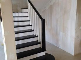 Деревянная лестница с пригласительной ступенью