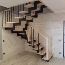 Деревянная лестница на двух опорах