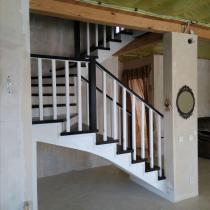 Деревянная лестница с прямыми балясинами