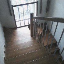 Обшивка лестницы из бетона деревом