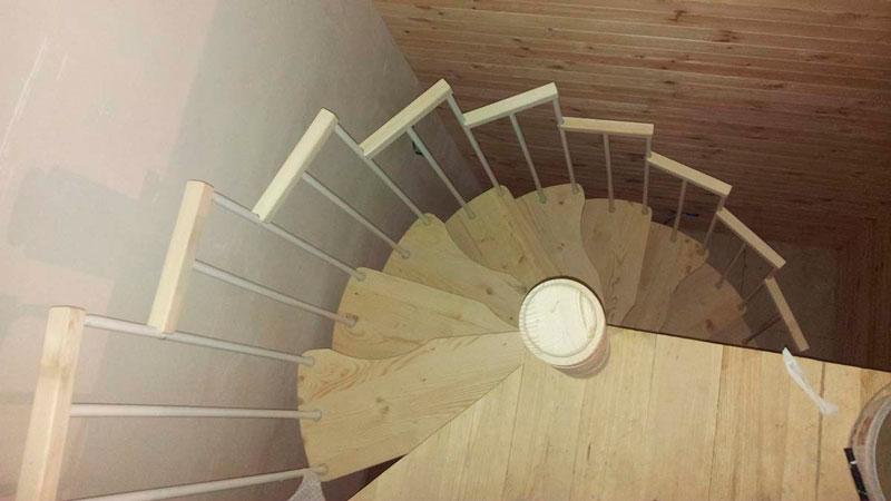 фото дачной винтовой лестницы гусиный шаг