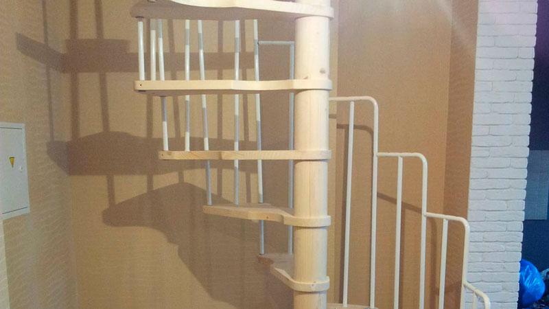 фото винтовой лестницы на дачу гусиный шаг