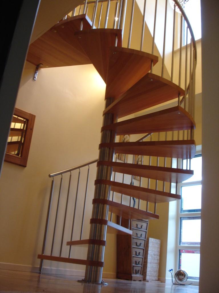 Винтовая лестница на больцах
