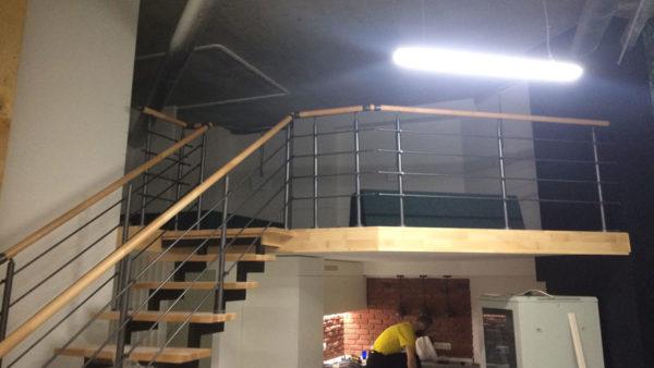 Лестница открытая с большой балюстрадой.