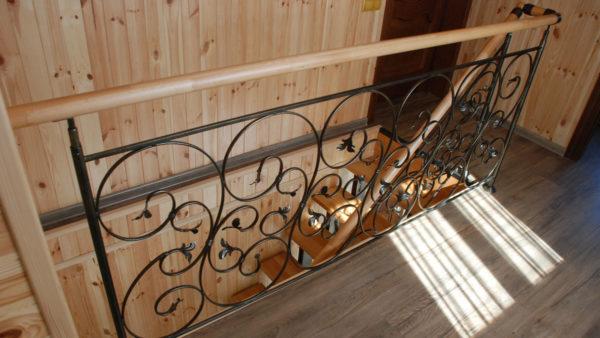 Лестница на металлическом каркасе. Кованые ограждения