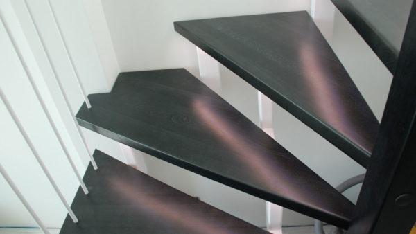 Лестница на металлическом каркасе. Светодиодная подсветка.