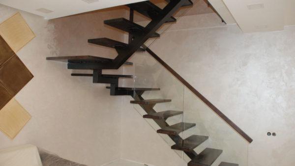 Открытая лестница со стеклянным ограждением.