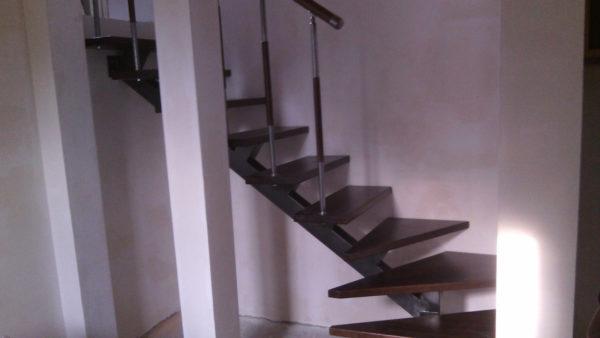 Г - образная лестница на одном косоуре, цвет венге .