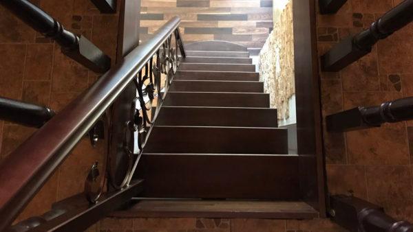 Лестница прямая, крашеный бук.