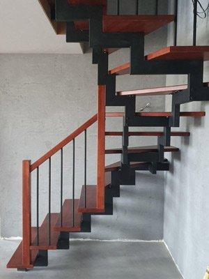 Лестница в дом на двух открытых косоурах