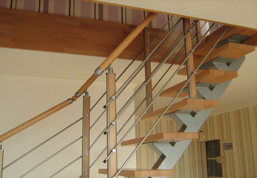 Вид сбоку лестница на сварном каркасе