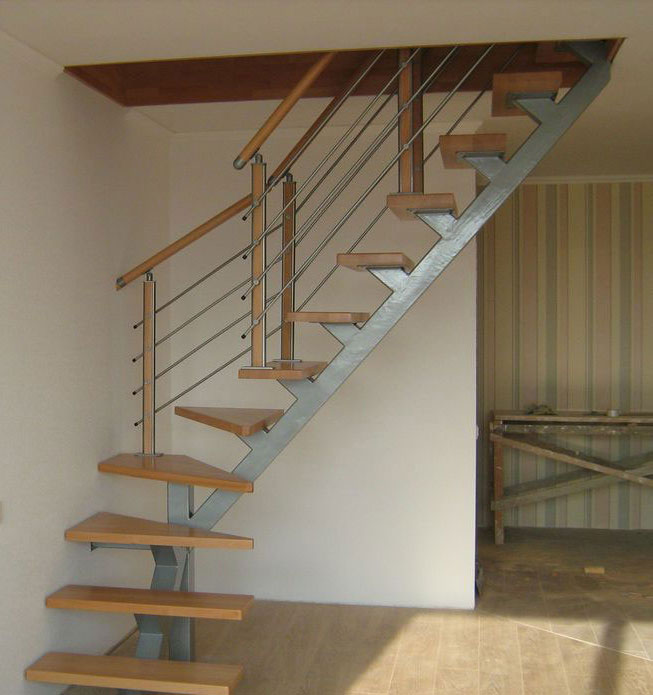 Поворотная лестница на одном сварном косоуре