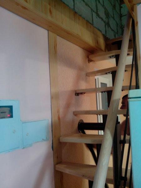 фото модульной лестницы гусиный шаг с перилами из металла