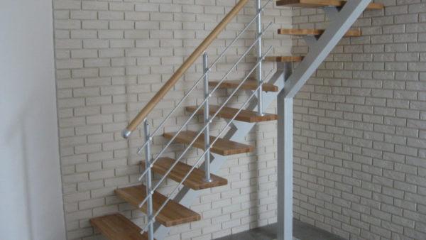 Г-образная лестница на металлокаркасе открытого типа