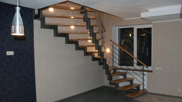 Лестница на 2-х сварных косоурах с поворотом на 180 градусов
