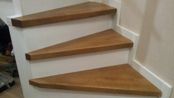 Обшивка каркаса лестницы в двухэтажной квартире
