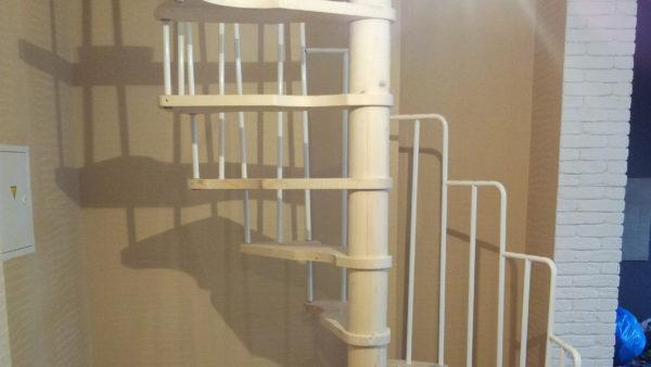 Винтовая лестница Mercury 120 в двухэтажной квартире.
