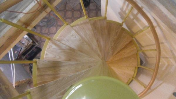 Металлическая винтовая лестница с ясеневыми ступенями