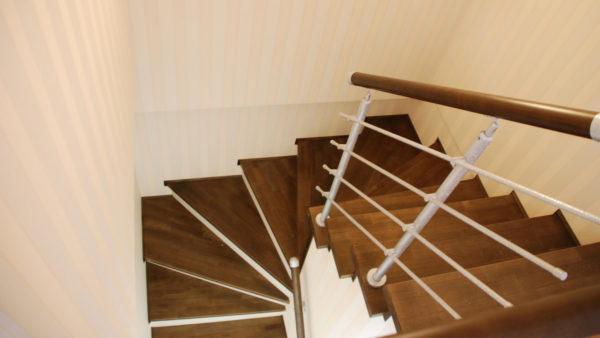 П-образная лестница ступени венге, белые подступенки