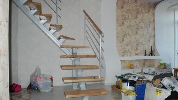 Однокосоурная открытая П-образная лестница в квартире