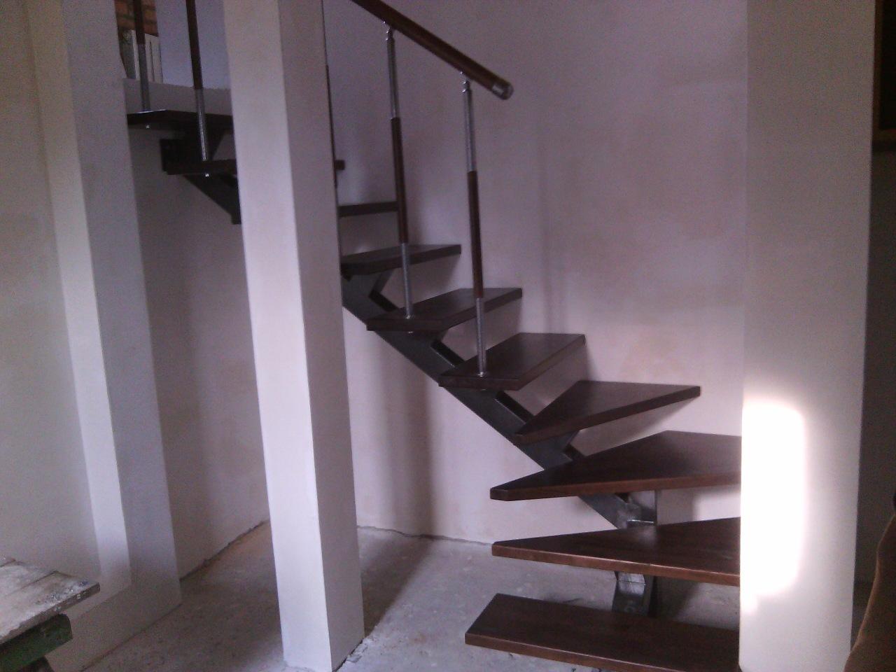 Г - образная лестница на одном косоуре, цвет венге . Цена  от 14400 грн.