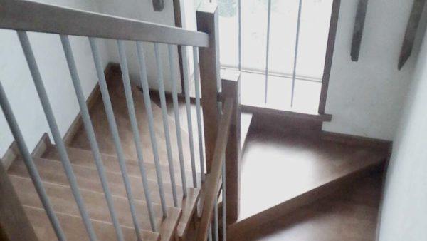 Обшивка поворотной бетонной лестницы