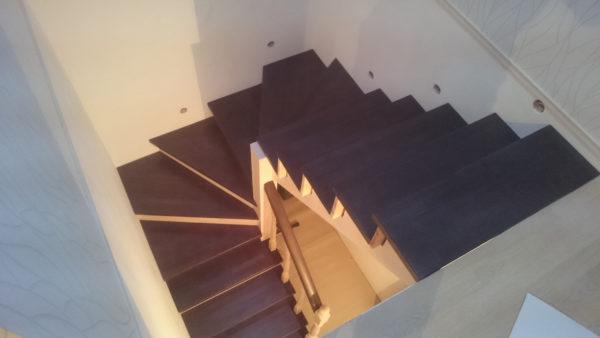 Обшивка металлического каркаса лестницы в доме