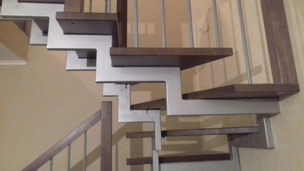 П - образная лестница на двух металлических косоурах.