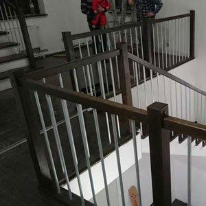 Лестница с длинными ограждениями