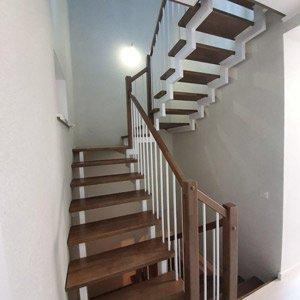 Открытая лестница на двух косоурах