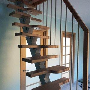 Открытая лестница в маленький проем ``гусиный шаг``