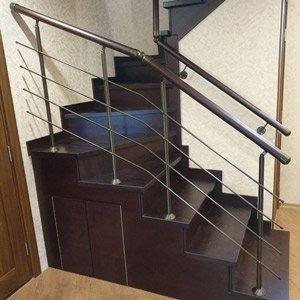 Лестница на второй этаж на металлическом косоуре