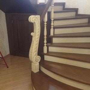 Деревянная спиральная лестница в доме