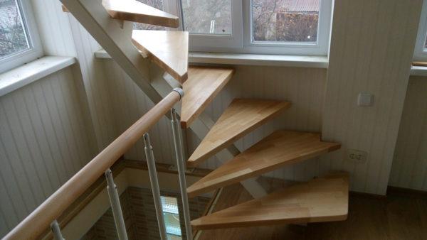Открытая светлая лестница в трехэтажном доме