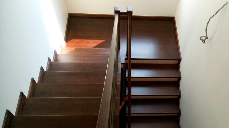 фото деревянной маршевой лестницы с перилами сз дерева и нержавейки