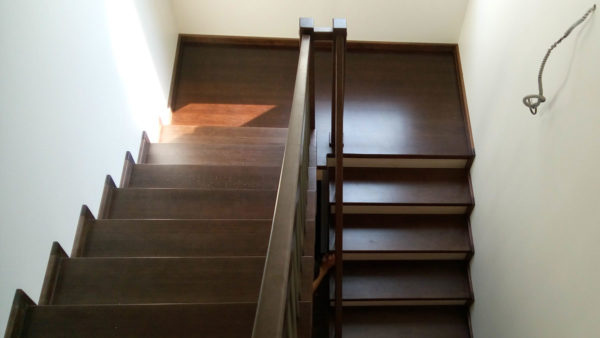 Удобная зашитая лестница с площадкой