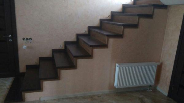 Обшивка бетонной лестницы деревом