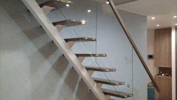Стеклянные ограждения однокосоурной лестницы