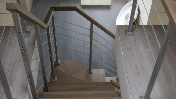 Лестница с ограждением из стального тросика