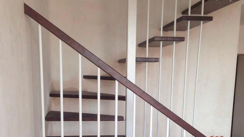 фото модульной поворотной лестницы на металлическом каркасе с перилами