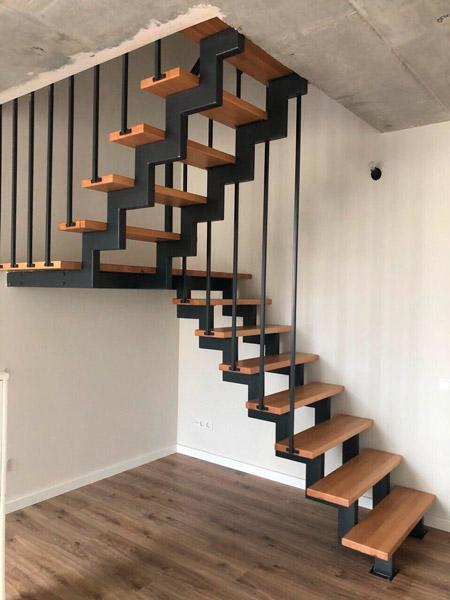фото маршевой лестницы на металлическом каркасе с перилами из металла