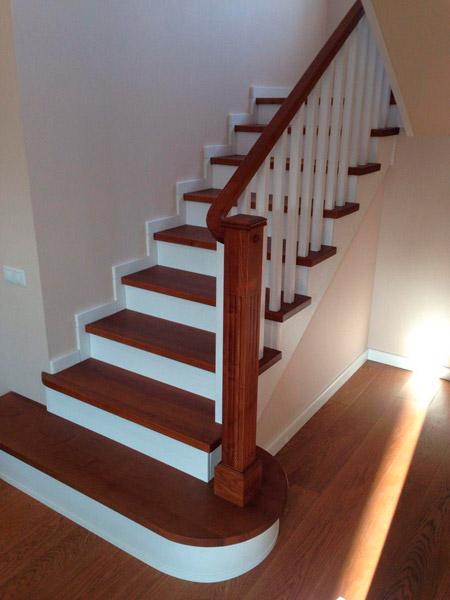 фото поворотной маршевой лестницы с перилами из дерева