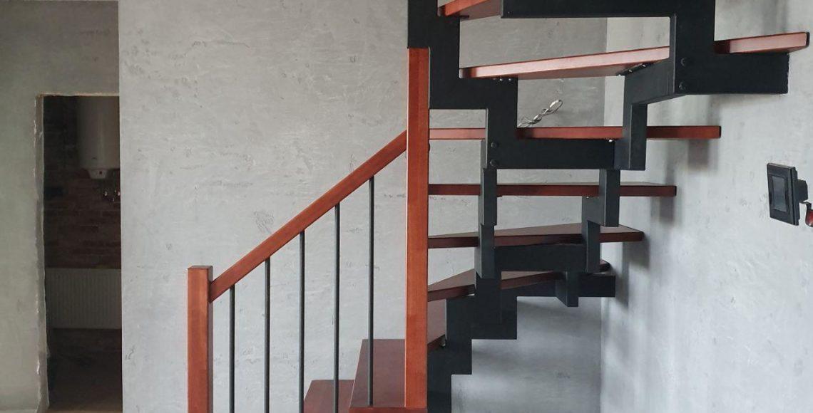Лестница в холле лофт