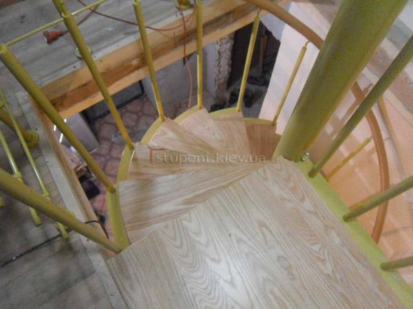 фото винтовой лестницы для дачи с перилами из металла