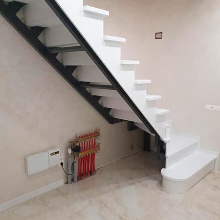 фото белой деревянной маршевой лестницы